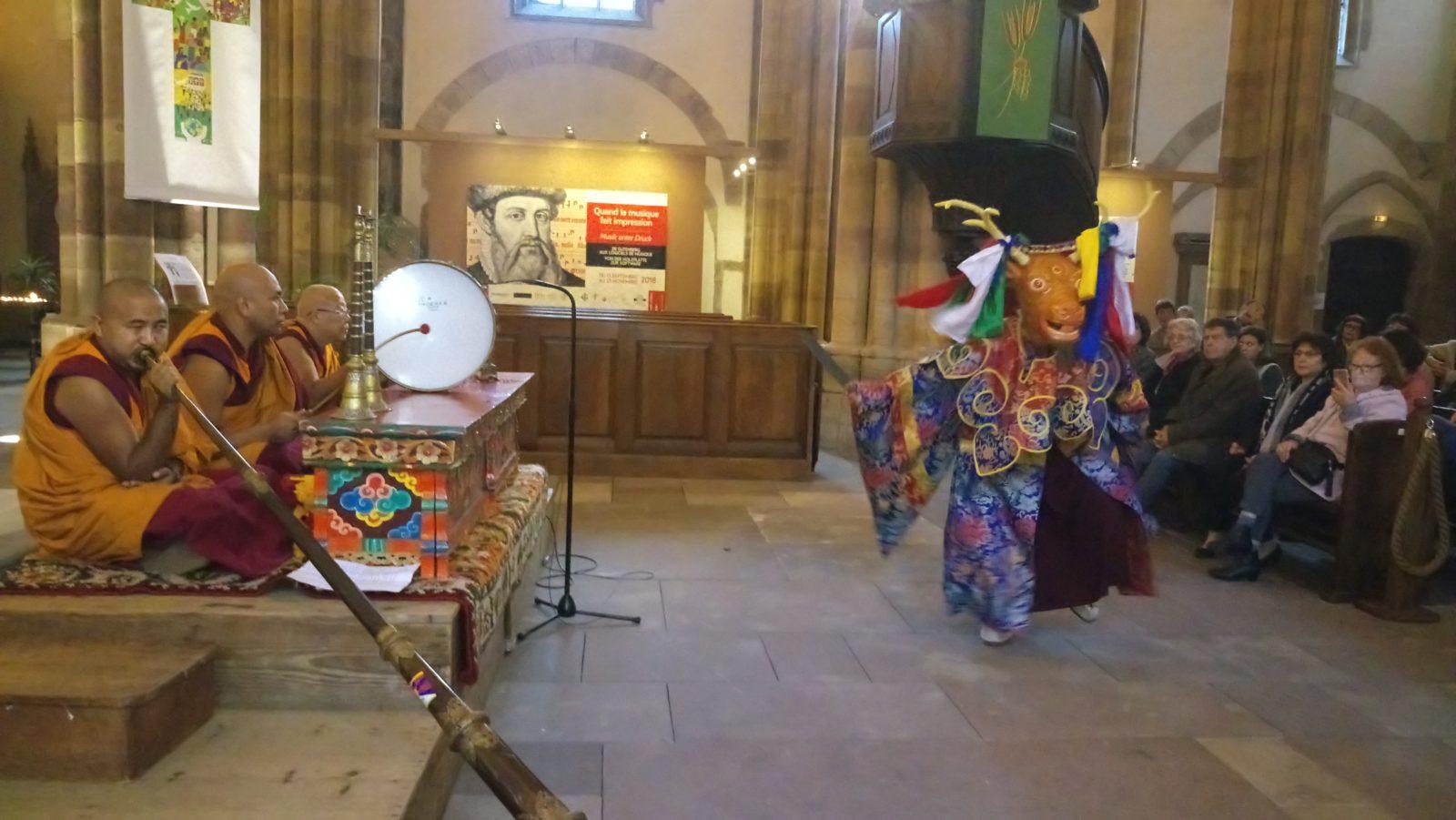 Les moines lors du spectacle de danses et de chants sacrés.